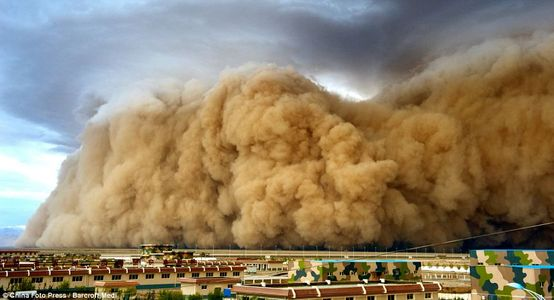 Desert storm: Huge cloud of sand descends on Chinese village | Mail Online