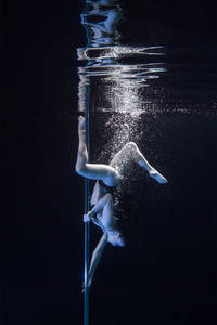 Fantastic Pictures of Underwater Pole Dancing » Design You Trust. Design, Culture