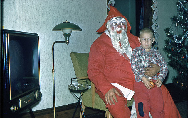 16 Seriously Shady Santas Frightening The Hell Out Of Children